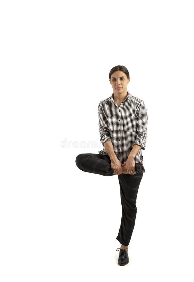 Mujer de negocios joven aislada en el fondo blanco que hace ejercicios imagen de archivo libre de regalías