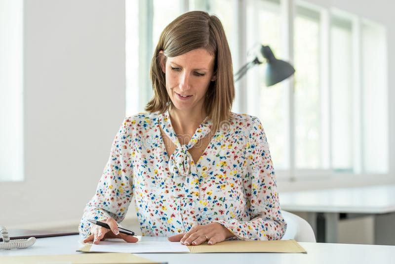Mujer de negocios joven alrededor para firmar un contrato fotos de archivo libres de regalías