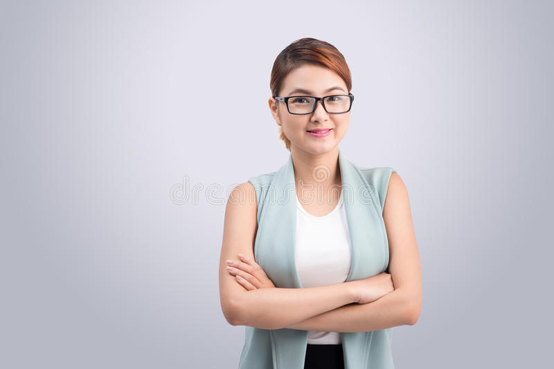 Mujer de negocios joven asiática hermosa en fondo gris imagenes de archivo
