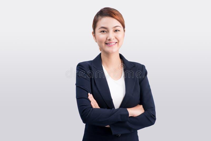 Mujer de negocios joven asiática hermosa en fondo gris imagen de archivo libre de regalías