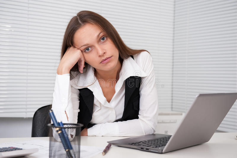 Mujer de negocios joven cansada imagenes de archivo