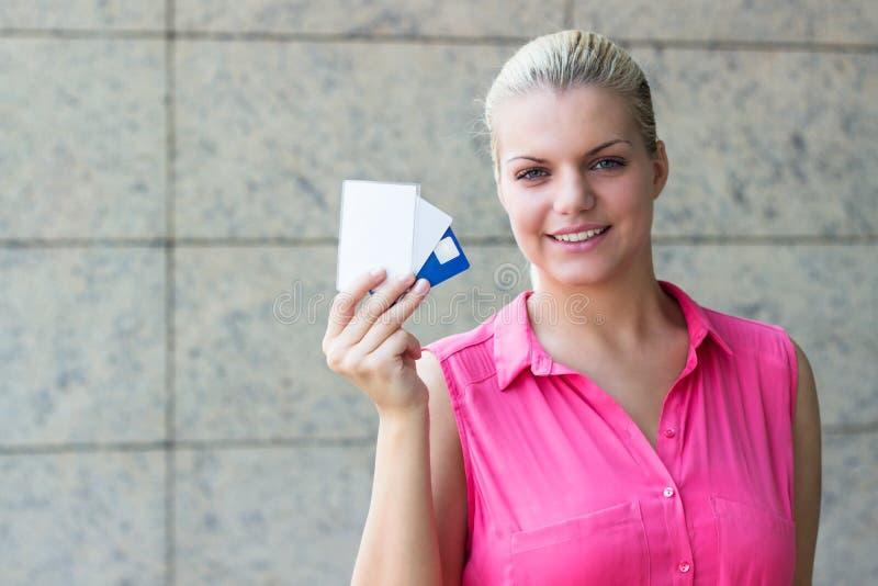 Mujer de negocios joven con las tarjetas de crédito foto de archivo libre de regalías