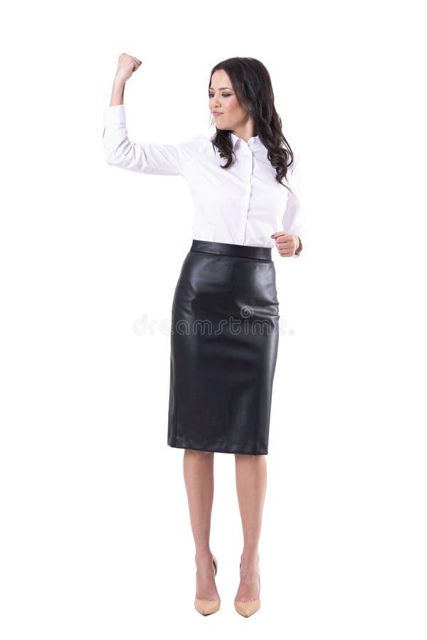 Mujer de negocios joven confiada orgullosa que celebra el logro con el puño apretado imagenes de archivo