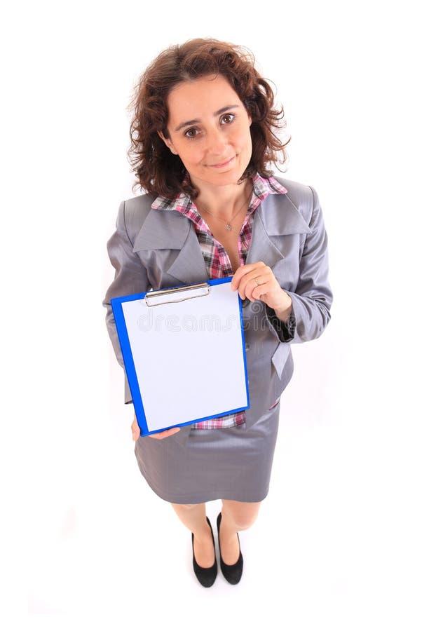 Mujer de negocios joven de la belleza que muestra el documento fotografía de archivo libre de regalías