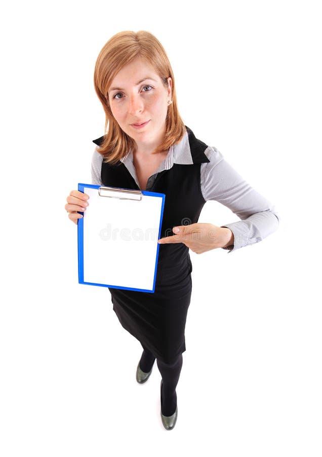 Mujer de negocios joven de la belleza que muestra el documento imagen de archivo libre de regalías