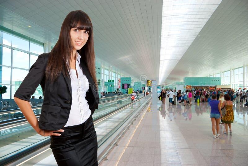 Mujer de negocios joven en aeropuerto fotos de archivo