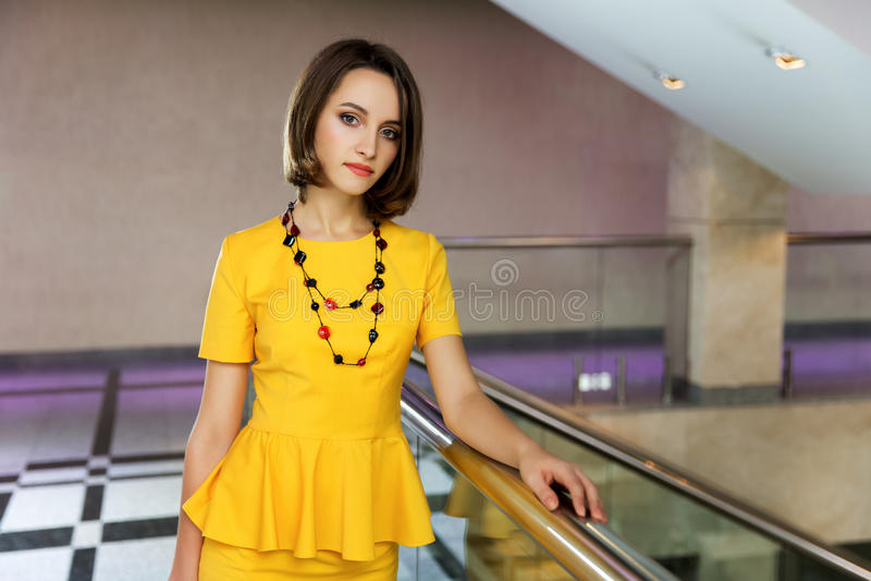 Mujer de negocios joven en interior de la oficina fotografía de archivo libre de regalías