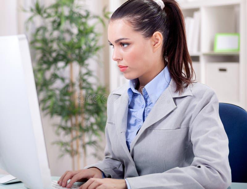 Mujer de negocios joven en oficina foto de archivo libre de regalías