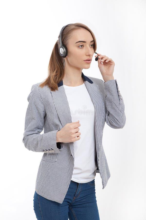 Mujer de negocios joven en ropa casual aislada en blanco Copie el espacio e imite para arriba frente Camiseta Centro de atención  imagen de archivo libre de regalías