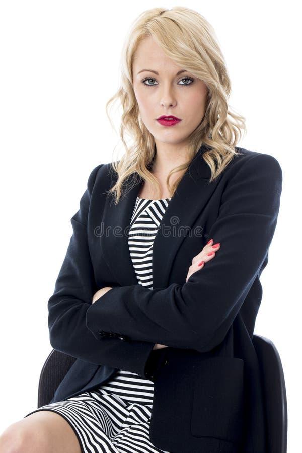 Mujer de negocios joven enojada cruzada subrayada infeliz imagen de archivo libre de regalías
