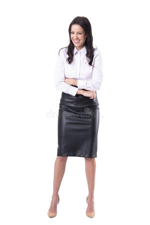 Mujer de negocios joven expresiva que ríe dolor de estómago de la sensación ruidosa y dura fotografía de archivo