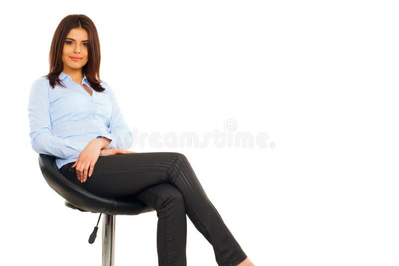 Mujer de negocios joven feliz en camisa azul fotos de archivo libres de regalías
