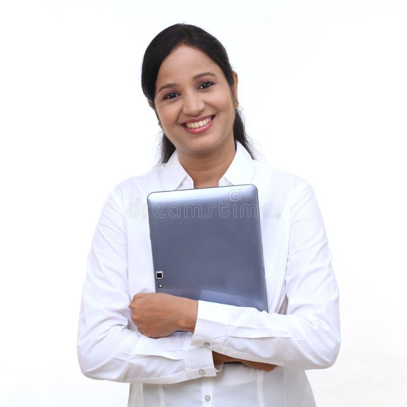 Mujer de negocios joven feliz que sostiene la tableta fotografía de archivo