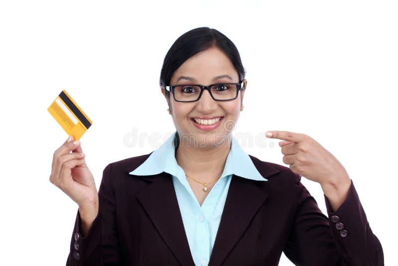 Mujer de negocios joven feliz que sostiene la tarjeta de crédito imagen de archivo libre de regalías