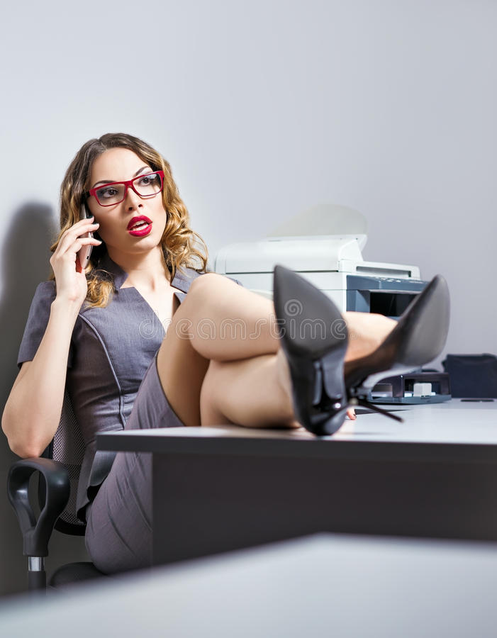 Mujer de negocios joven hermosa que habla en el teléfono fotos de archivo libres de regalías