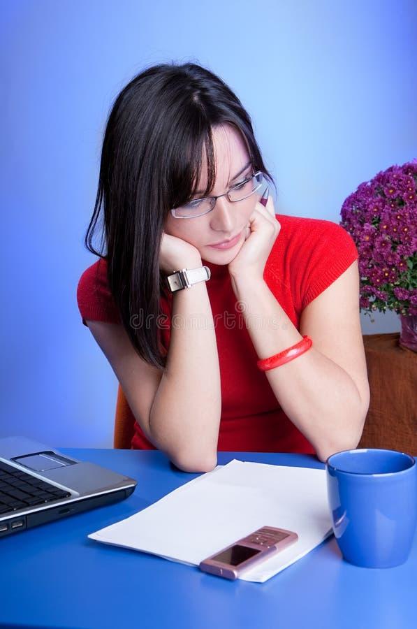 Mujer de negocios joven hermosa que hace el trabajo imagen de archivo libre de regalías