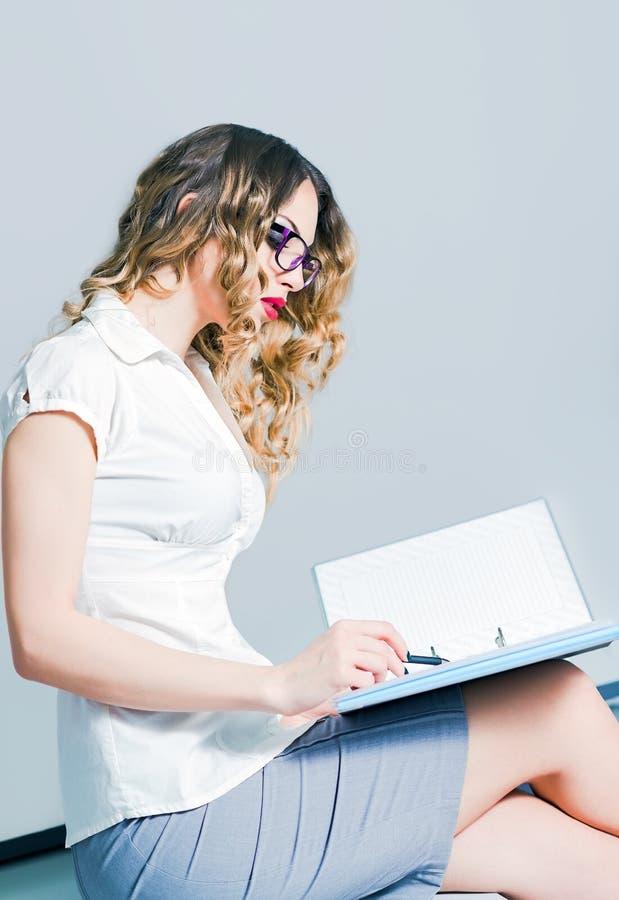 Mujer de negocios joven hermosa que trabaja con los documentos foto de archivo