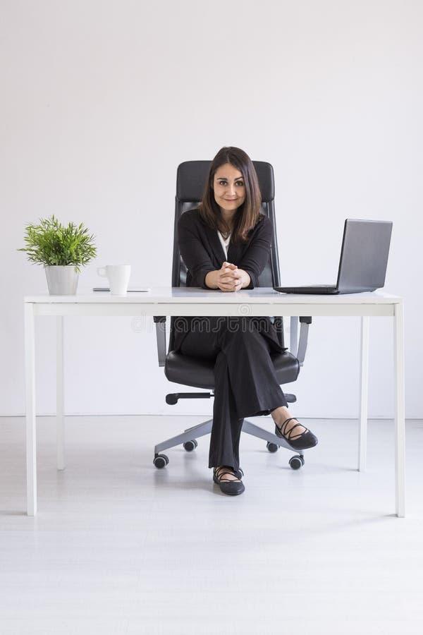 mujer de negocios joven hermosa que trabaja en la oficina, usando su ordenador portátil Concepto del asunto Fondos blancos dentro foto de archivo