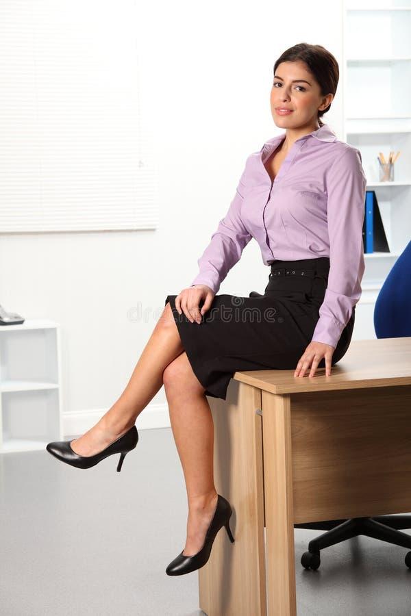 Mujer de negocios joven hermosa Relaxed que se sienta encendido imágenes de archivo libres de regalías