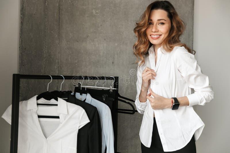 Mujer de negocios joven hermosa vestida en camisa formal de la ropa dentro fotografía de archivo libre de regalías
