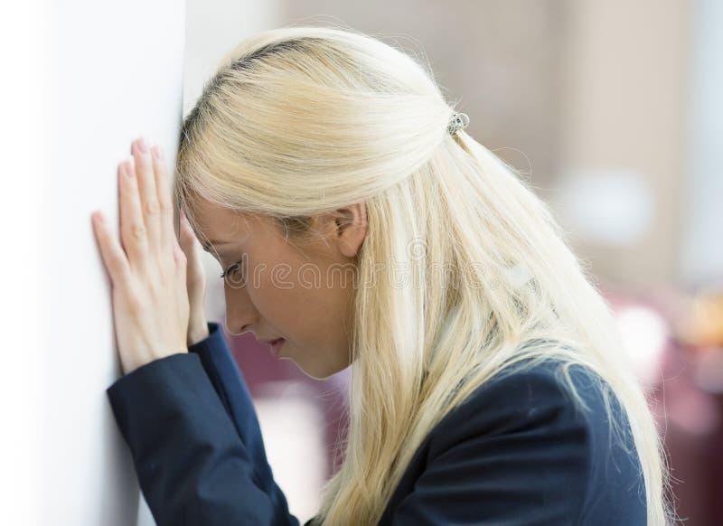Mujer de negocios joven infeliz deprimida fotografía de archivo libre de regalías