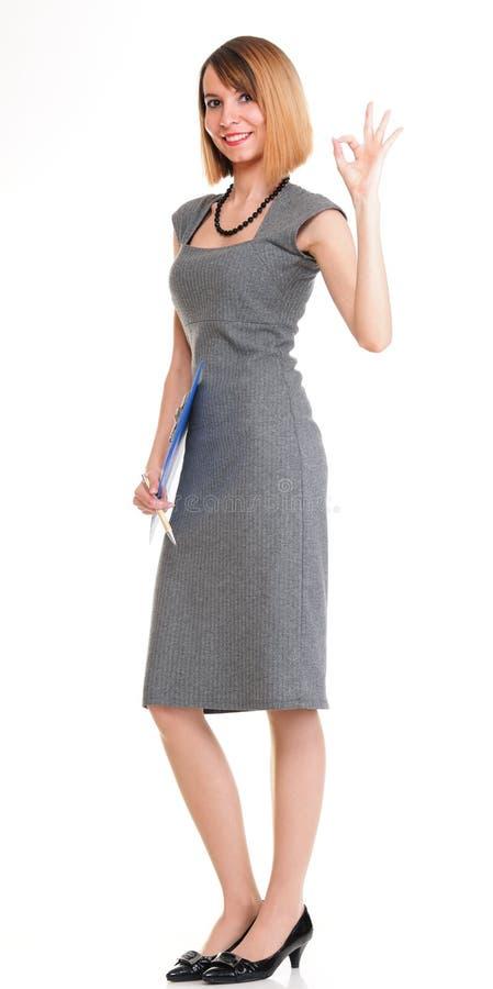 Mujer de negocios joven integral que se coloca con su ISO del tablero fotos de archivo