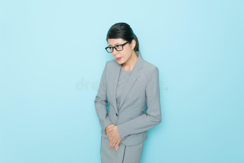 Mujer de negocios joven de la belleza que muestra emocional tímido imagen de archivo