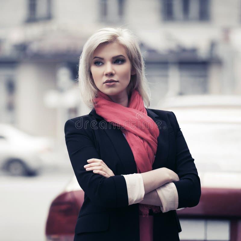 Mujer de negocios joven de moda que camina en calle de la ciudad imagen de archivo