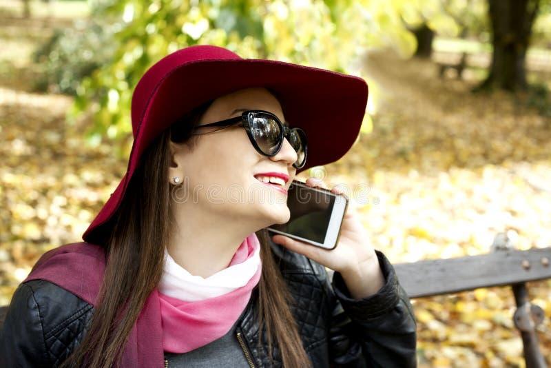 Mujer de negocios joven de moda que invita al teléfono móvil fotos de archivo libres de regalías