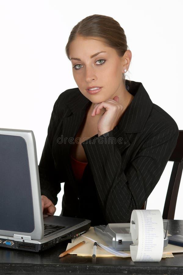 Mujer de negocios joven pensativa con la computadora portátil imagenes de archivo