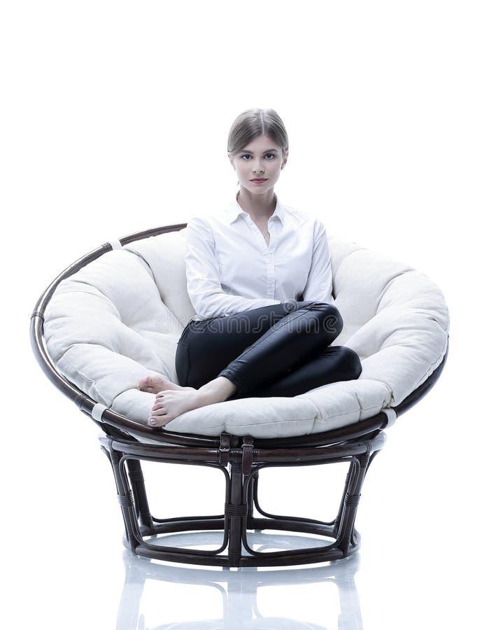 Download Mujer De Negocios Joven Que Descansa En Una Silla Suave Grande Imagen de archivo - Imagen de businesswoman, encargado: 100534669