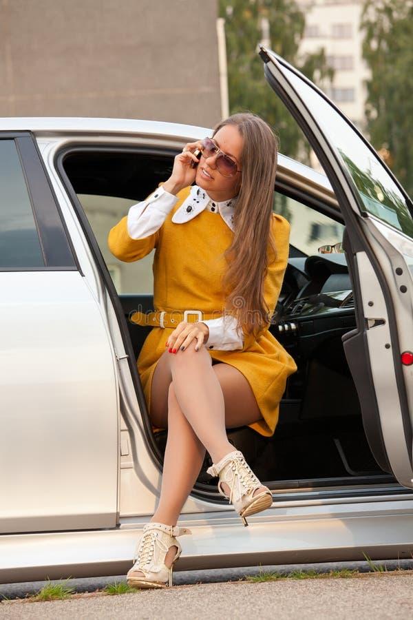 Mujer de negocios joven que invita al teléfono fotografía de archivo