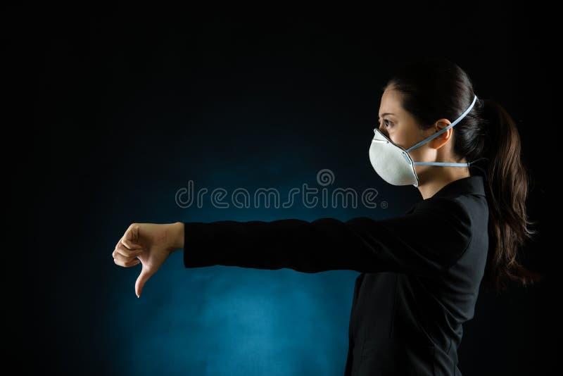 Mujer de negocios joven que lleva una máscara imágenes de archivo libres de regalías
