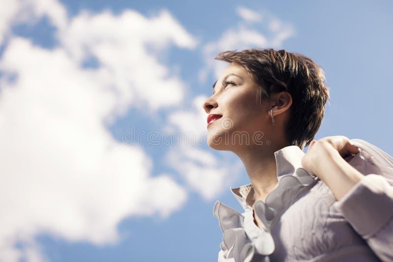 Mujer de negocios joven que mira para arriba fotos de archivo