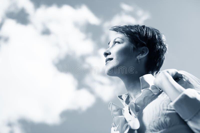 Mujer de negocios joven que mira para arriba imágenes de archivo libres de regalías