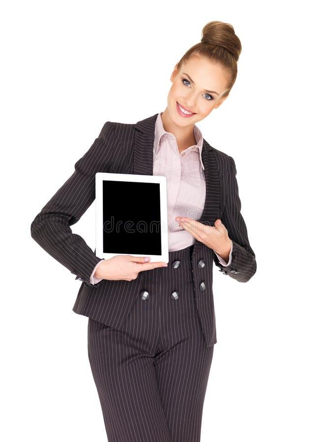 Mujer de negocios joven que muestra la tablilla foto de archivo
