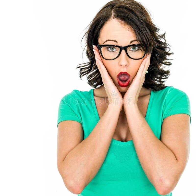 Mujer de negocios joven que parece chocada y sorprendida imagen de archivo