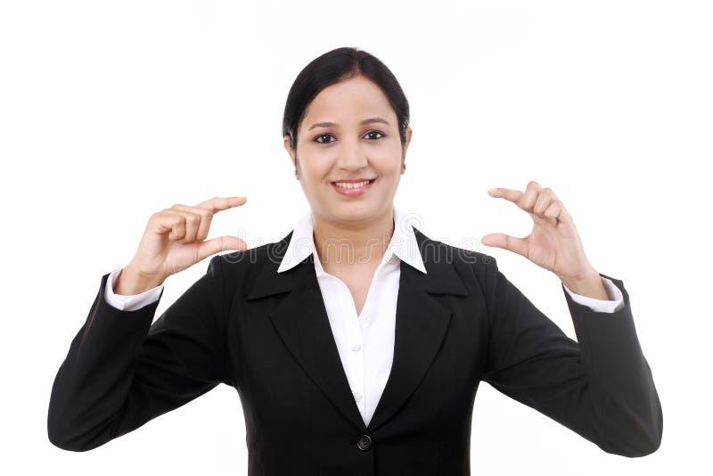Mujer de negocios joven que presenta un producto fotografía de archivo libre de regalías