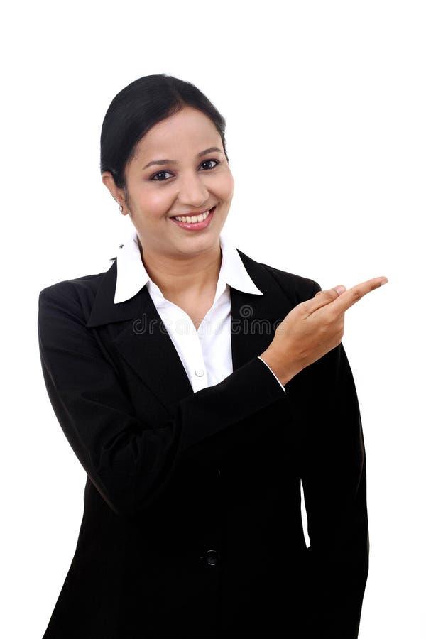 Mujer de negocios joven que señala en el espacio de la copia imágenes de archivo libres de regalías