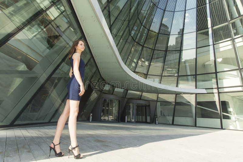 Mujer de negocios joven que se coloca al aire libre éxito foto de archivo libre de regalías