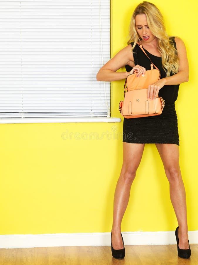 Mujer de negocios joven que sostiene un bolso del melocotón imágenes de archivo libres de regalías