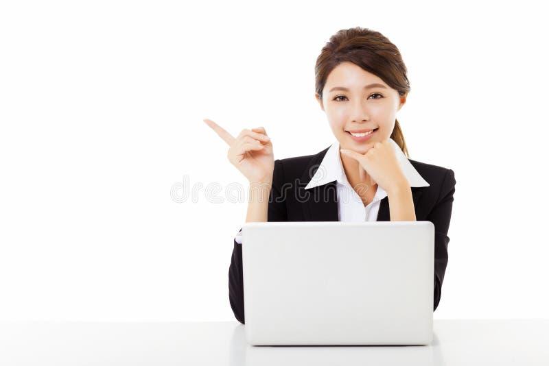 mujer de negocios joven que trabaja con el ordenador portátil y señalar imágenes de archivo libres de regalías