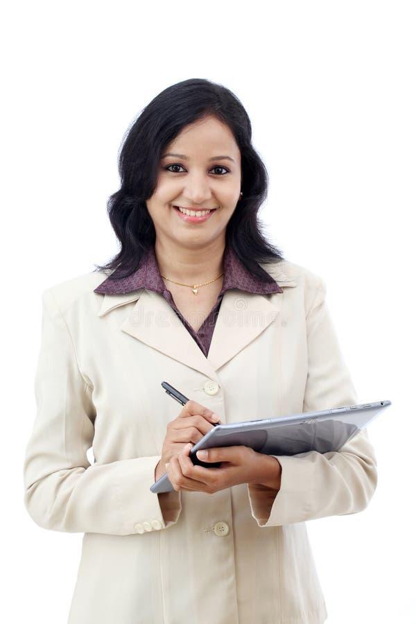 Mujer de negocios joven que trabaja con la tableta imágenes de archivo libres de regalías