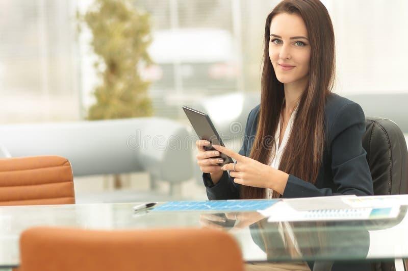 Mujer de negocios joven que trabaja con la tableta imagen de archivo libre de regalías