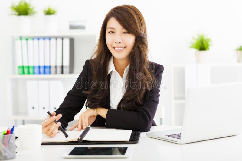 Mujer de negocios joven que trabaja en la oficina foto de archivo