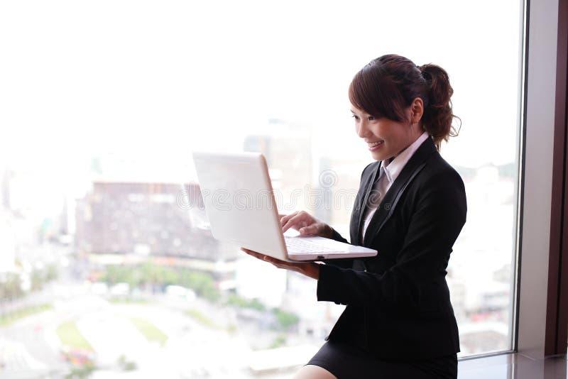 Mujer de negocios joven que usa el ordenador fotografía de archivo libre de regalías
