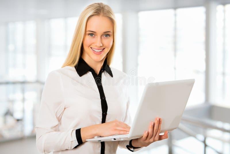Download Mujer De Negocios Joven Que Usa La Computadora Portátil Imagen de archivo - Imagen de vida, lindo: 42430905