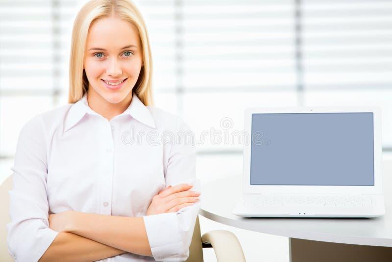 Download Mujer De Negocios Joven Que Usa La Computadora Portátil Imagen de archivo - Imagen de aislado, negocios: 42431095