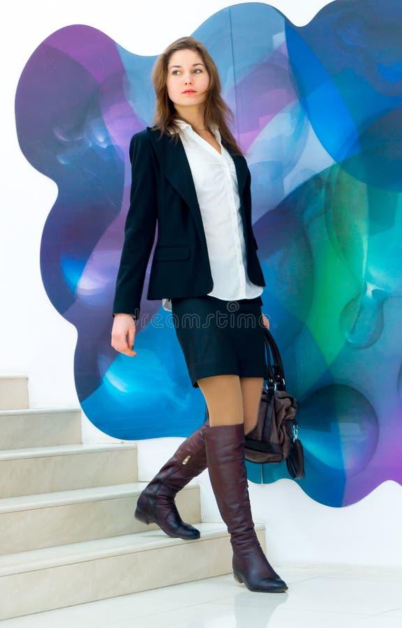 Mujer de negocios joven que viene abajo las escaleras fotografía de archivo libre de regalías