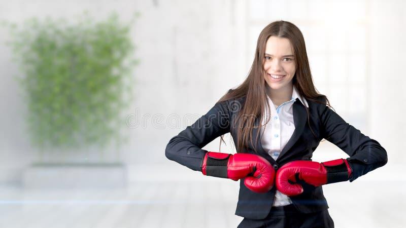 Mujer de negocios joven sobre fondo interior imagen de archivo